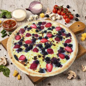 Пицца с клубникой и смородиной