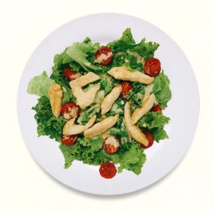 Салат с курицей в сливочном соусе