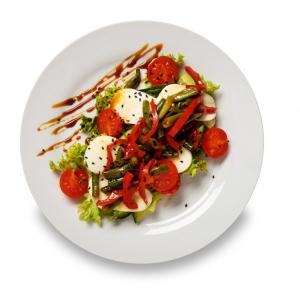 Теплый салат с нежной моцареллой